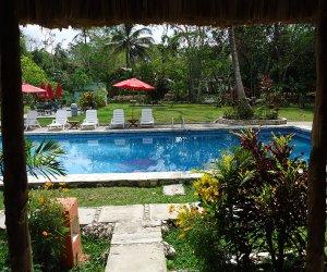 Porche-Bungalow-vista-ala-piscina.jpg